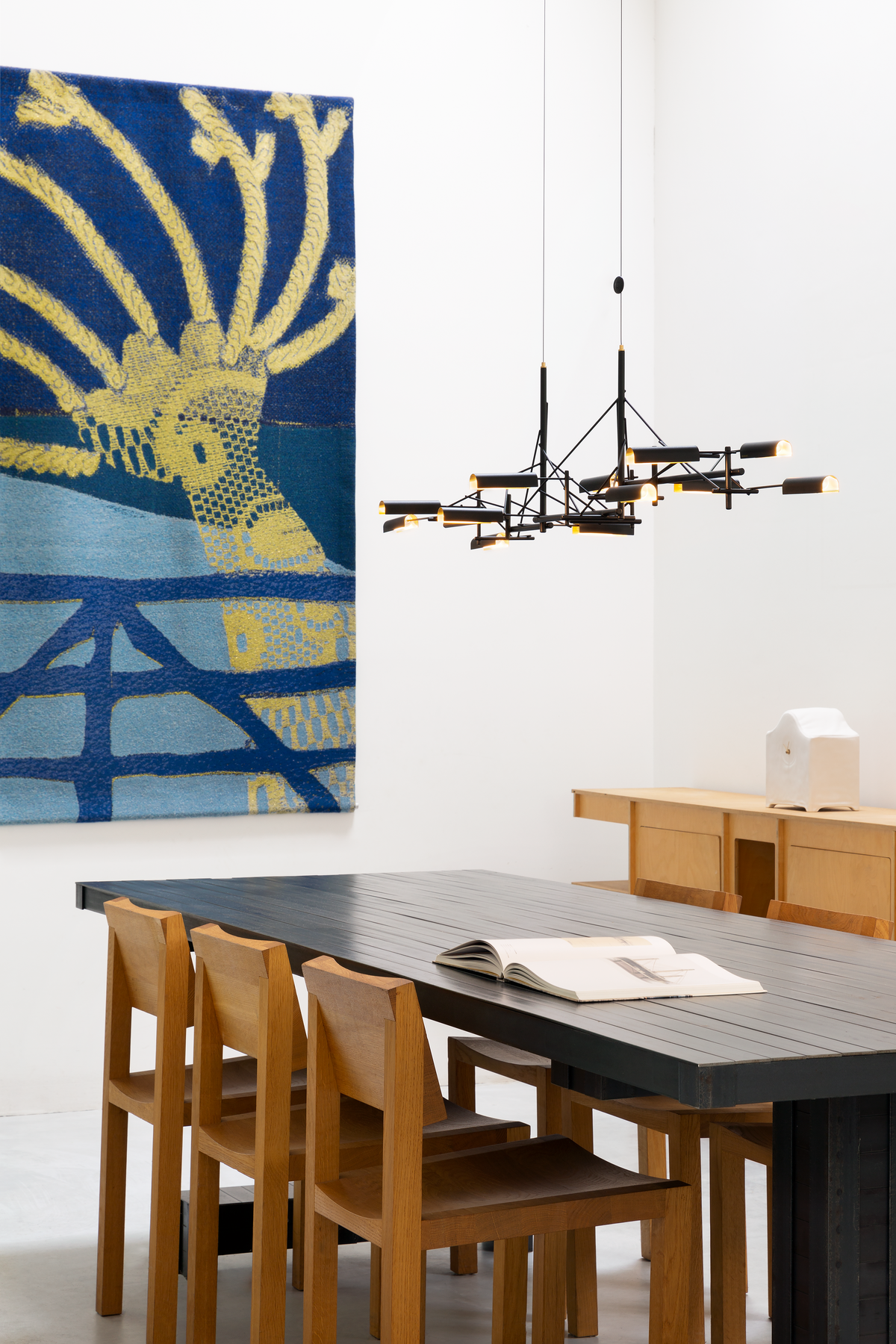 Interior with Tinkering 140 suspension light in dining room